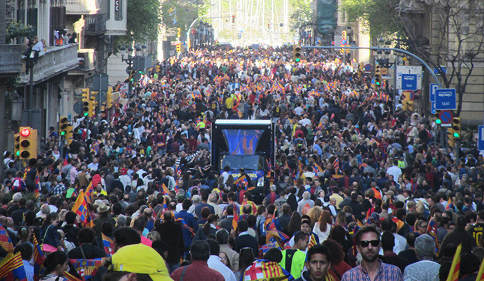 Barcelona fans open bus parade